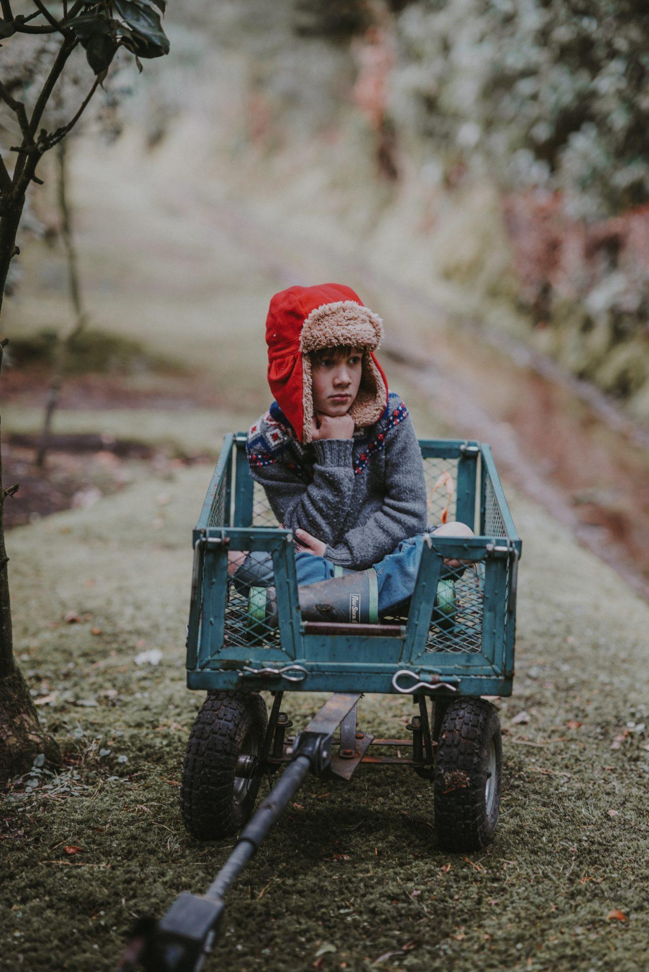 Kind in Bollerwagen gelangweilt Elternblog Isabelle von Abendroth Elternberatung, Elterncoaching, Elternworkshops