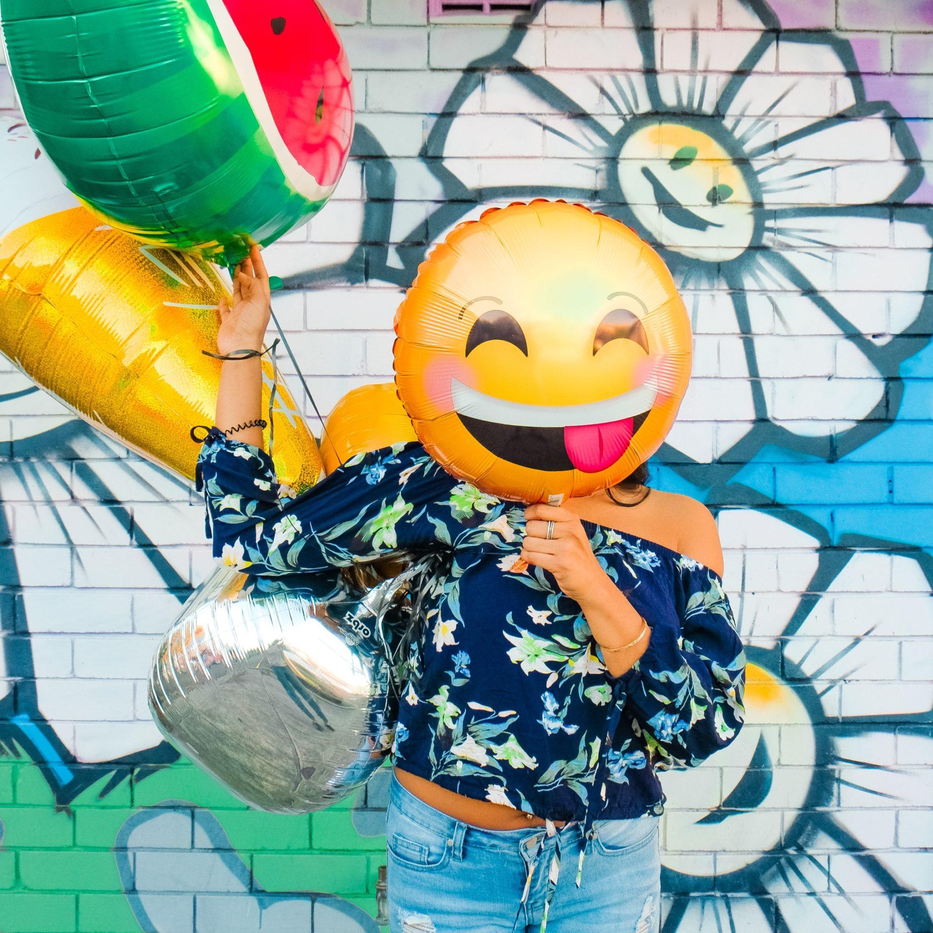 Frau mit Smilyballon Elternblog Isabelle von Abendroth Elternberatung, Elterncoaching, Elternworkshops